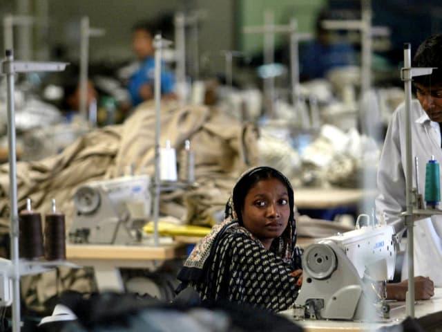 Näherin in Bangladesch an einer Nähmaschine