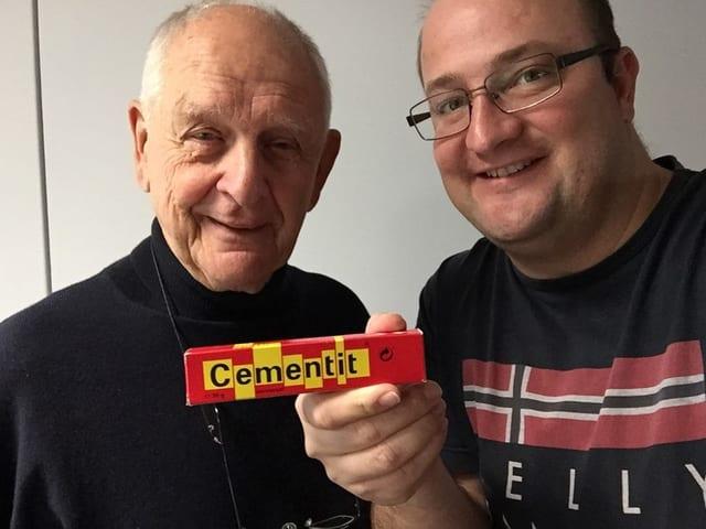 Ruedi Külling mit der «Cementit»-Verpackung und Moderator Michael Brunner.