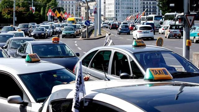 Taxis fahren im Schritttempo durch Genf.