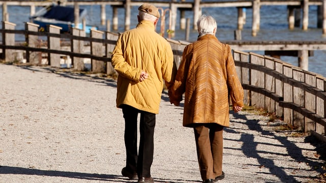 Zwei Pensionäre an einem Strand.