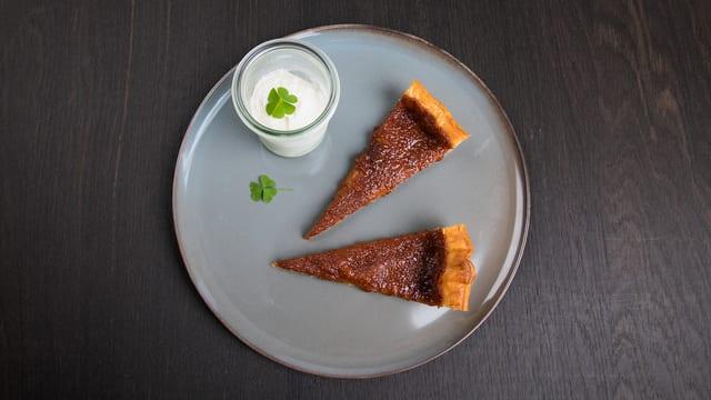 Dessertteller mit zwei Stücken Tarte.