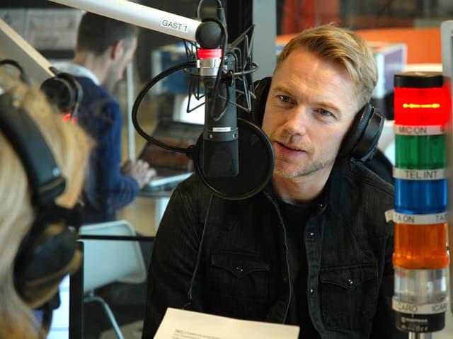 Ronan Keating im Radiostudio.