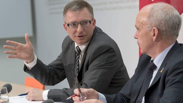 Nachrichtendienst-Chef Markus Seiler neben Bundesrat Ueli Maurer bei der Medienkonferenz.
