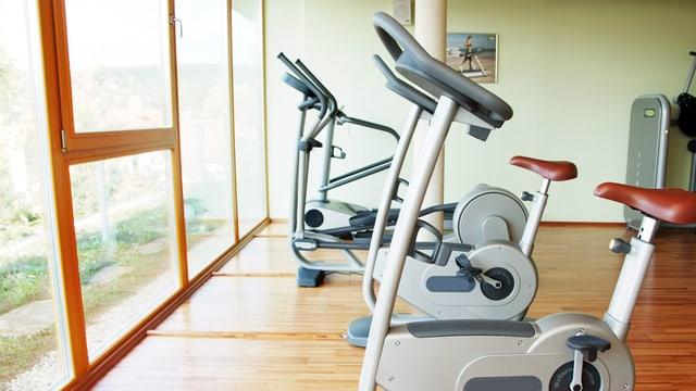 Blick in ein Fitnesscenter mit Ergometern