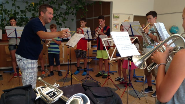 Musicantas e musicants giuvens preparan per il concert