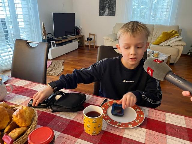 Joshua am Frühstückstisch