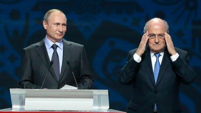 Blatter und Putin stehen nebeneinander.