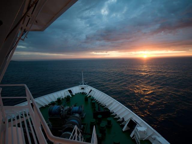 Blick auf das Meer von einem Schiff aus