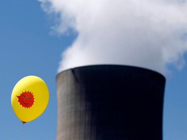Anti_AKW-Ballon vor Gösgen