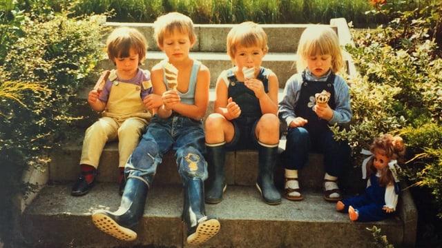 Vier Kinder beim Eisessen.