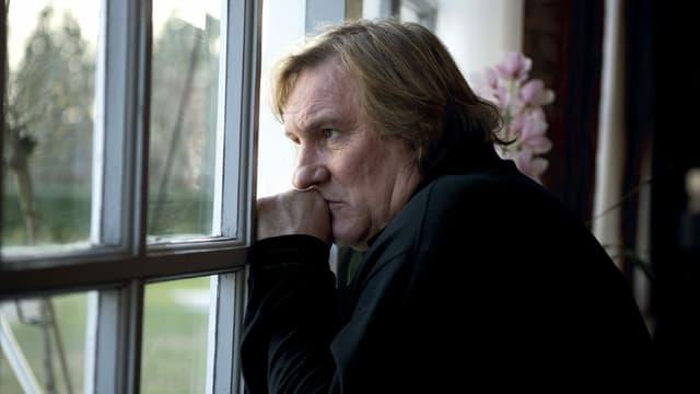Szene aus «Je n'ai rien oublié»: Gérard Depardieu blickt aus dem Fenster.