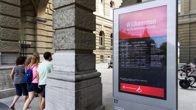 Vor dem Eingang des Bundeshauses in Bern.