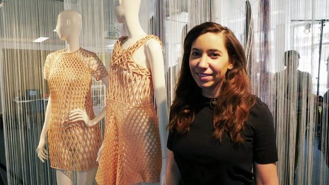 Die junge israelische Designerin vor zwei Schaufensterpuppen mit ihrer beigefarbenen zweiten Kollektion.