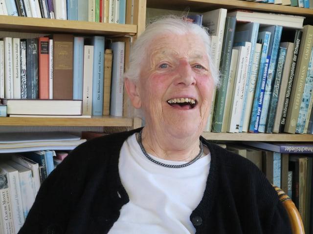 Louise Schneider vor der Bücherwand in der Veranda ihres Hauses