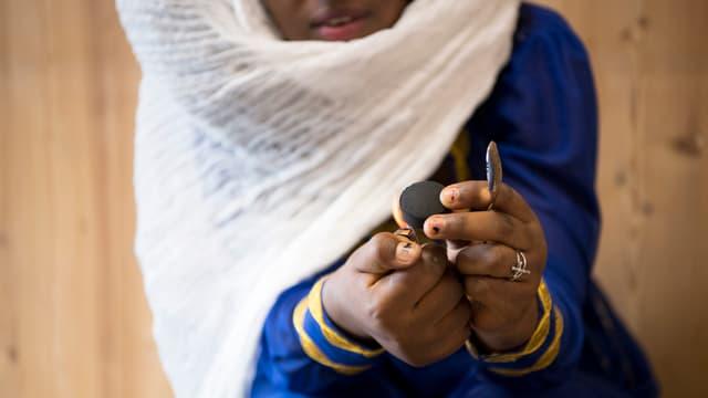 Symbolbild: Mädchen mit weissem Schleier und blauem Kleid, das Gesicht ist nicht erkennbar.