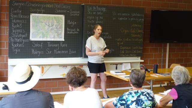 La scolasta primara Sarah Luisa Cadotsch dat per l'emprima giada curs da rumantsch a creschids.