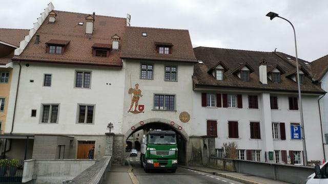 Lastwagen fährt durch Tor