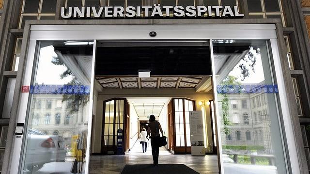 """Offene Glastüre, drüber Beschriftung """"Universitätsspital"""""""
