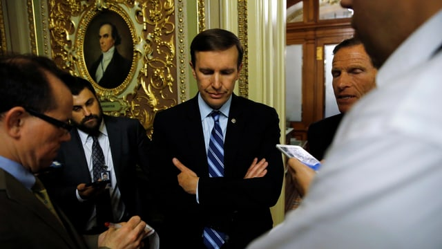 Chris Murphy spricht mit Journalisten.