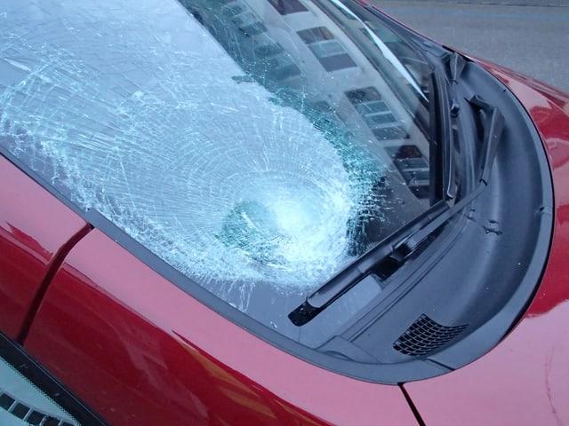 Stark beschädigte Frontscheibe eines Autos