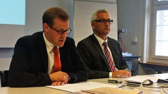 Kaspar Michel und Markus Beeler sitzen an einem Tisch.