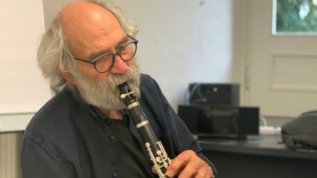 Domenic Janett durant sunas la clarinetta.
