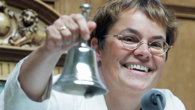 Liliane Maury Pasquier läutet die Glocke.