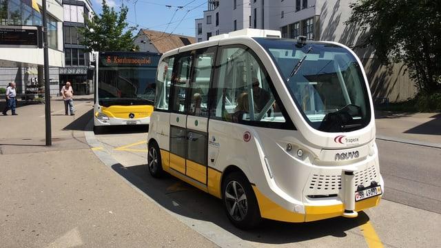 Futuristischer Minibus an einer Haltestelle in einer Stadt