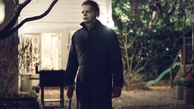 Mann mit Maske im Garten.
