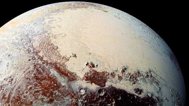 Ein Bild von der Oberfläche von Pluto, das aus mehreren Fotos entstand und digital verstärkt wurde.