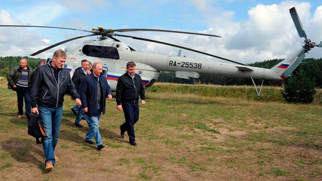 Wladimir Putin wird von einem Helikopter zu einem Anlass begleitet. (keystone)