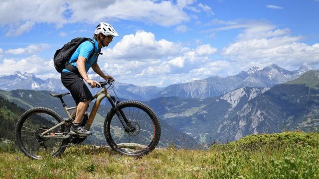 Symbolbild: Biker vor Bergkulisse.