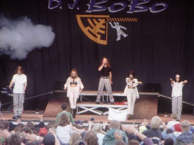 DJ Bobo in frühen Jahren auf der Bühne.