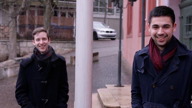 Im Hintergrund steht der 23-jährige Jungpolitiker Filip Winzap von der BDP und im Vordergrund der 20-jährige Adil KOller von der SP.