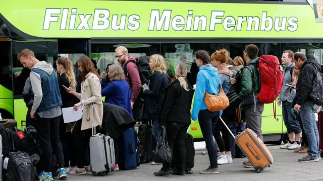 Passagiere steigen in Berlin in einen Flixbus ein, 20. Mai 2015.