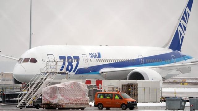 Boeing 787 Dreamliner der japanischen Fluglinie ANA am Flughafen in Frankfurt.