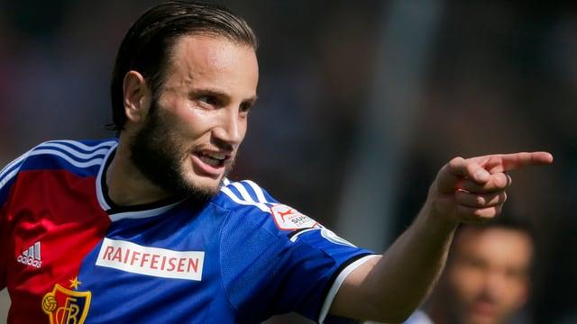 Shkelzen Gashi bejubelt im FCB-Dress mit dem linken Zeigefinger einen Torerfolg.
