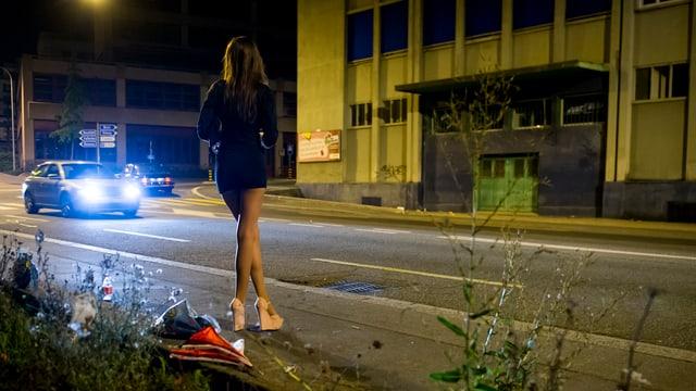 Prostituierte in einem Industriegebiet.