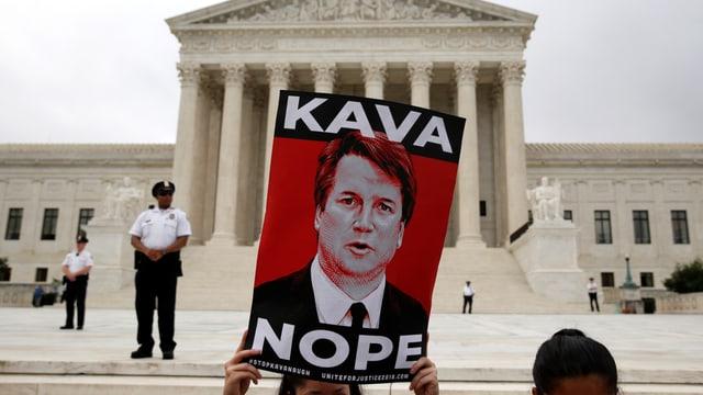 """Ein Plakat zeigt Brett Kavanaugh mit der Aufschrift """"Kava Nope"""""""