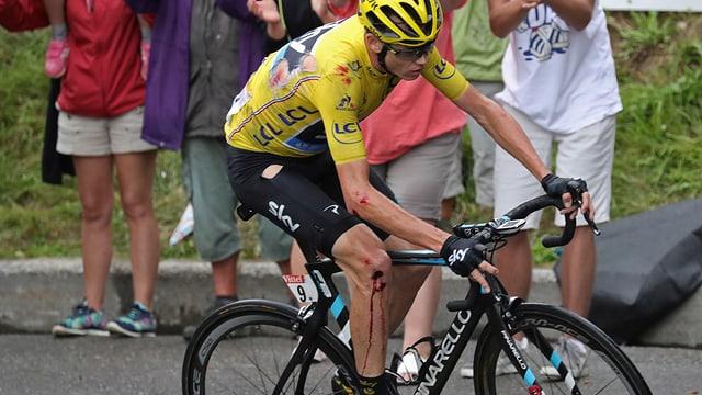 Chris Froome mit zerrissenem Trikot und blutendem Knie