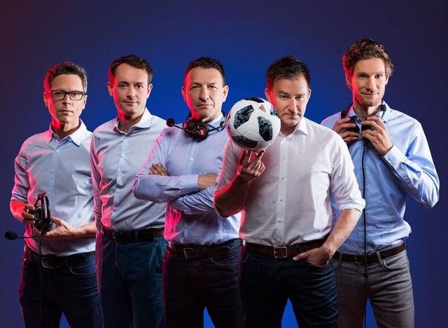 Nationalmannschafts-Kommentator Sascha Ruefer (vorne) sowie die Kommentatoren Reto Held, Mario Gehrer, Dani Kern und Manuel Köng (v.l.n.r.).