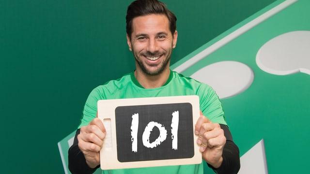 Claudio Pizarro hält eine Tafel mit der Aufschrift «101».