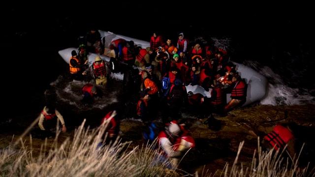 Ina bartga da fugitivs va a riva en la mar Egeica