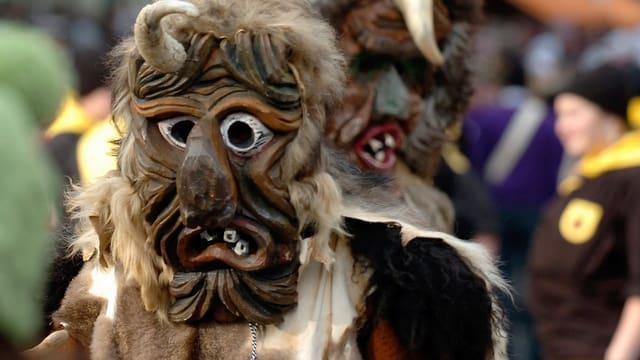 Maskierte Harderpotschete treiben während einem Umzug am Berchtoldstag in Interlaken ihren Unfug.