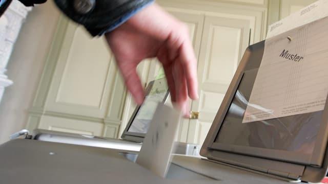 Mann wirft Wahlzettel in die Urne