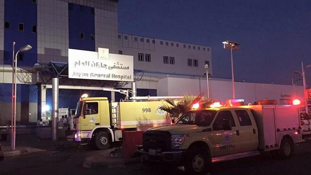 Pumpiers davant il «Jazan General Hospital» a Dschasan en l'Arabia Saudita.