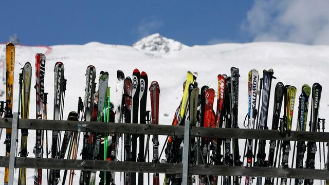 Il maletg mussa ina rotscha da skis.