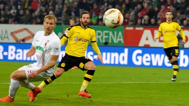 Gonzalo Castro schaut dem Ball nach, nachdem er ihn Richtung Tor befördert hat. Übrigens: Der Ball ging ins Tor.
