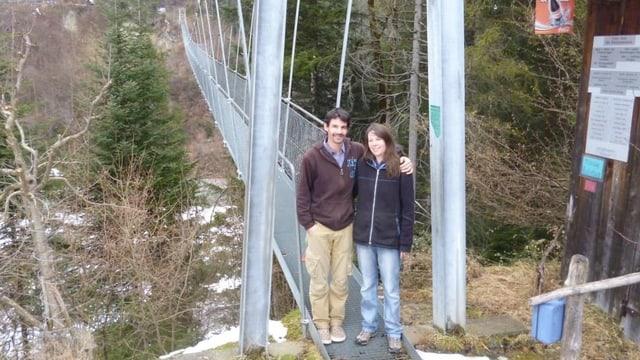 Karin und Martin Wäfler posieren oberhalb von Frutigen vor ihrer Seilbrücke über die Engstlige.