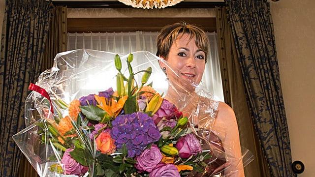 Die neue «Gault Millau Koechin des Jahres 2015» posiert mit Blumenstrauss